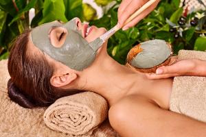Belle esthéticienne à domicile soin du visage nettoyant naturel et bio à Riom et Ennezat